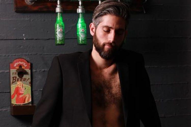 יובל גלברד, יוזם הפרויקט, בלי חולצה. צילום: אקספוז
