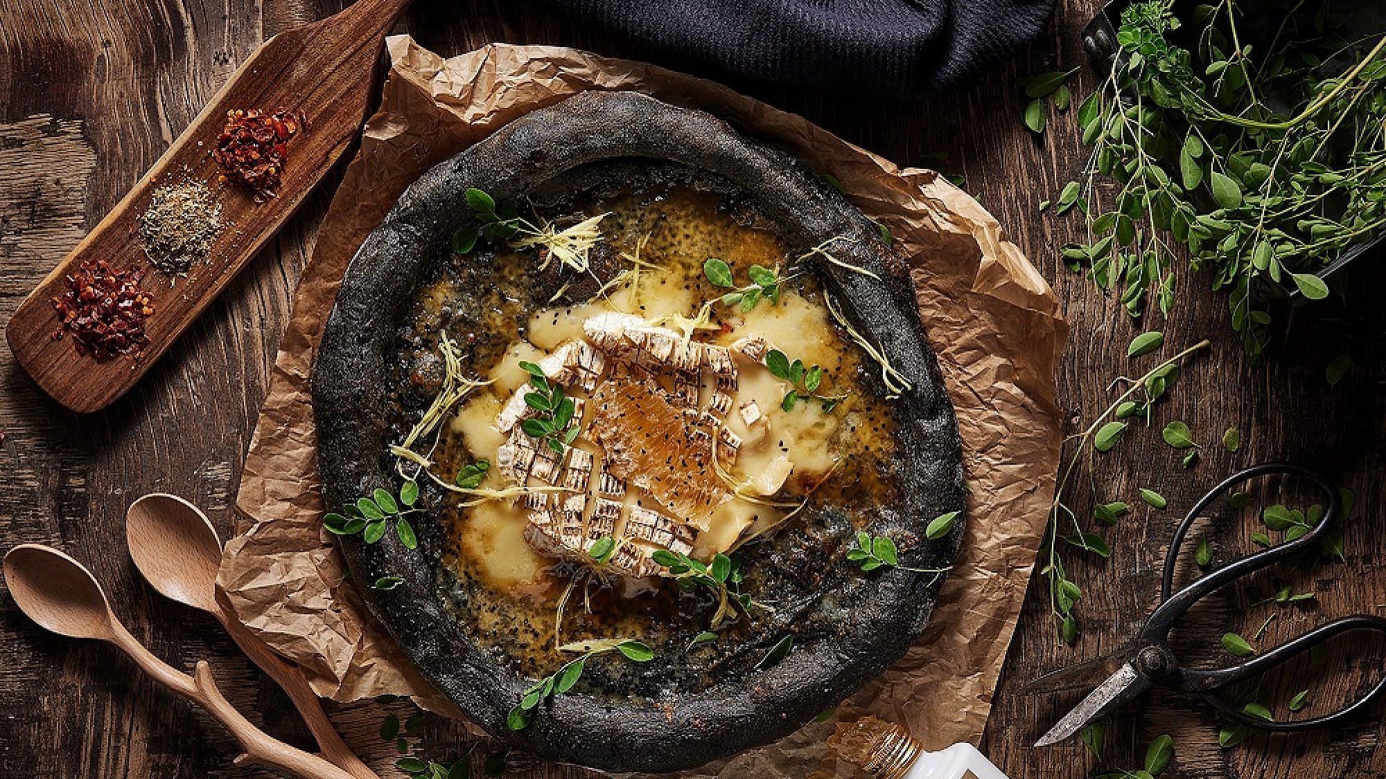 שחורה ונאווה. פיצה מוצ'ה (צילום: אפיק גבאי | סטיילינג: עידן ספיבק)