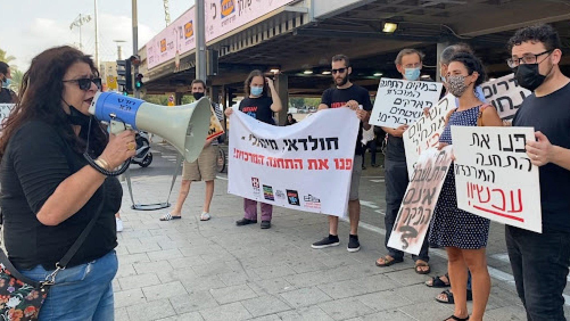 הפגנת תמיכה בדרישת חברת המועצה שולה קשת (משמאל עם המגאפון) לפינוי התחנה המרכזית החדשה (צילום: אלונה עמרם)