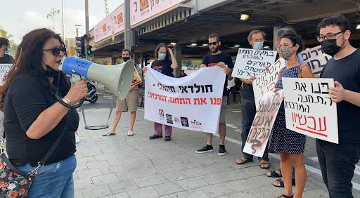 הפגנת תמיכה בדרישת של חברת המועצה שולה קשת (משמאל עם המגאפון) לפינוי התחנה המרכזית החדשה (צילום: אלונה עמרם)