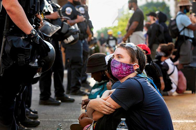 זרקו את ספרי ההדרכה ותתחילו מחדש. שוטרים נגד נשים (צילום: שאטרסטוק)