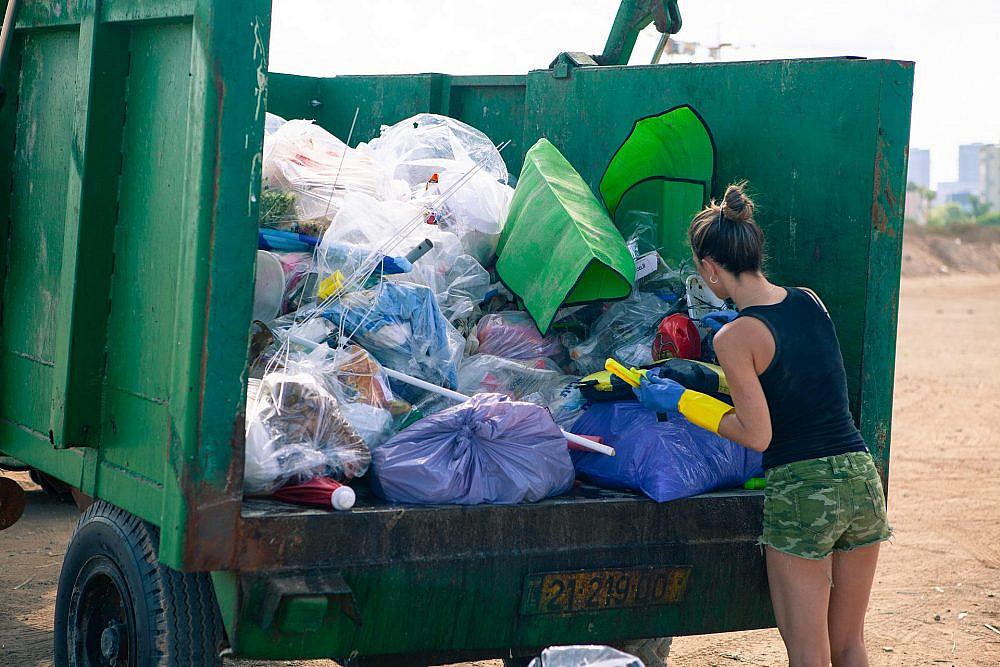 אוולין אנקה בפעילות ניקוי חופים (צילום: דימה פוליוקין)