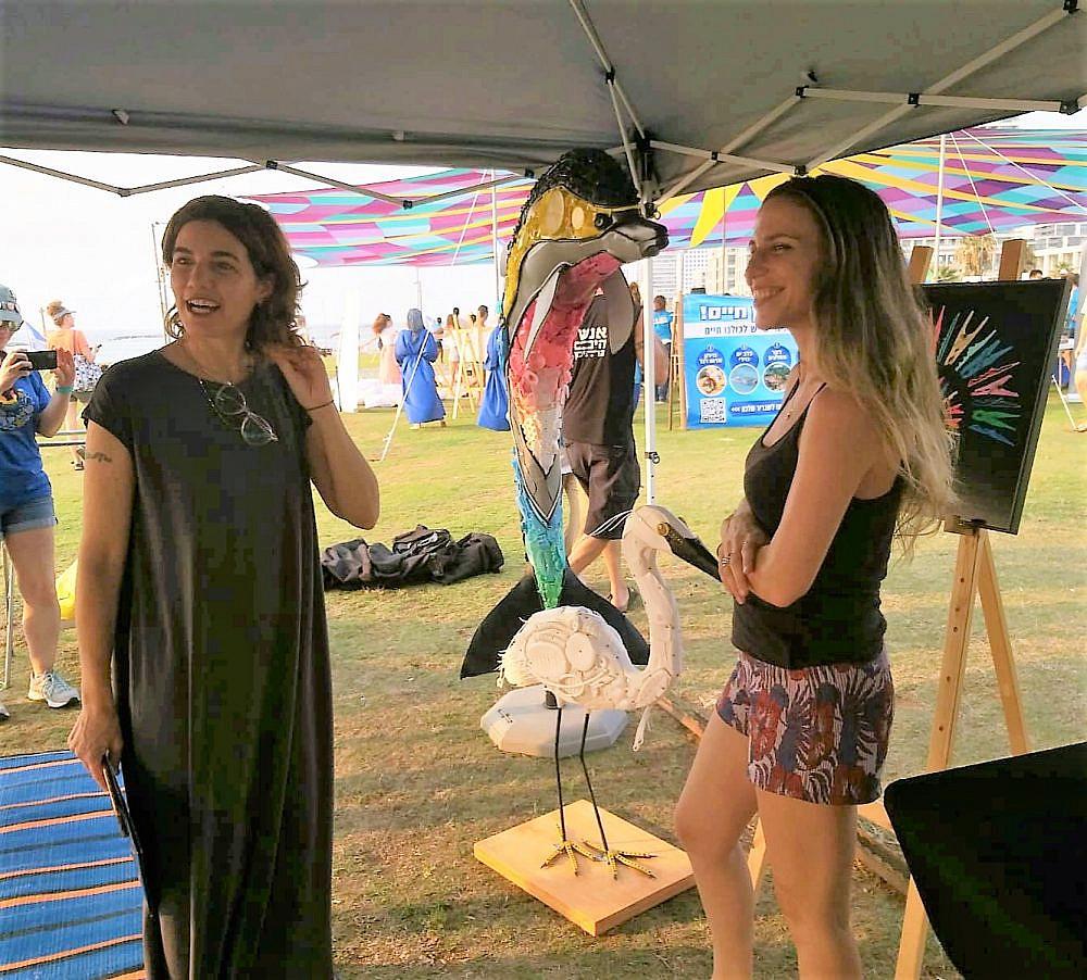 אוולין אנקה עם השרה להגנת הסביבה תמר זנדברג בהצצה לתערוכה בשבוע שעבר (צילום: מיכל ברונפמן)