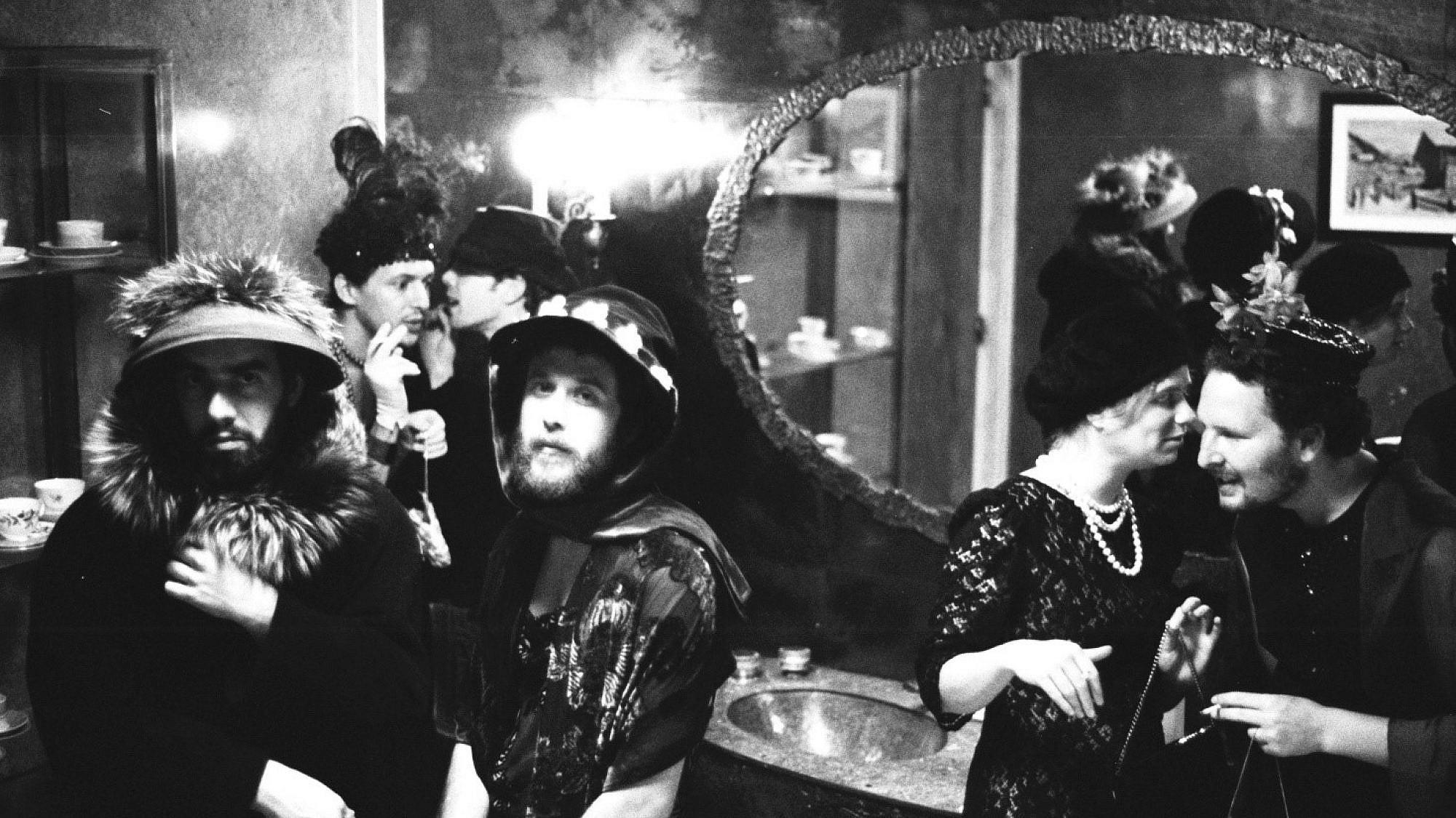הבילויים בתקופת הגלאם-פולקה, עם שחר חזיזה, מאיה דוניץ, עופר סקולמאסטר ויוני סילבר (צילום שי פלג)
