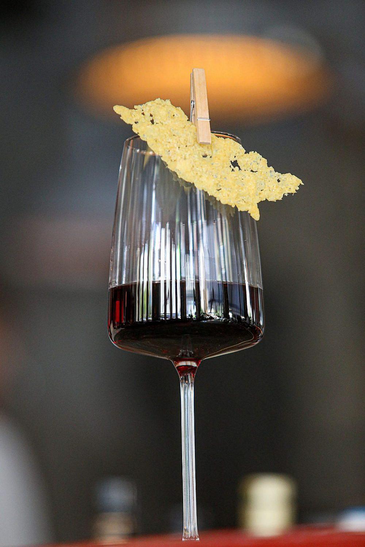 משהו קטן ליד היין. דיקנטר (צילום: שלומי יוסף)