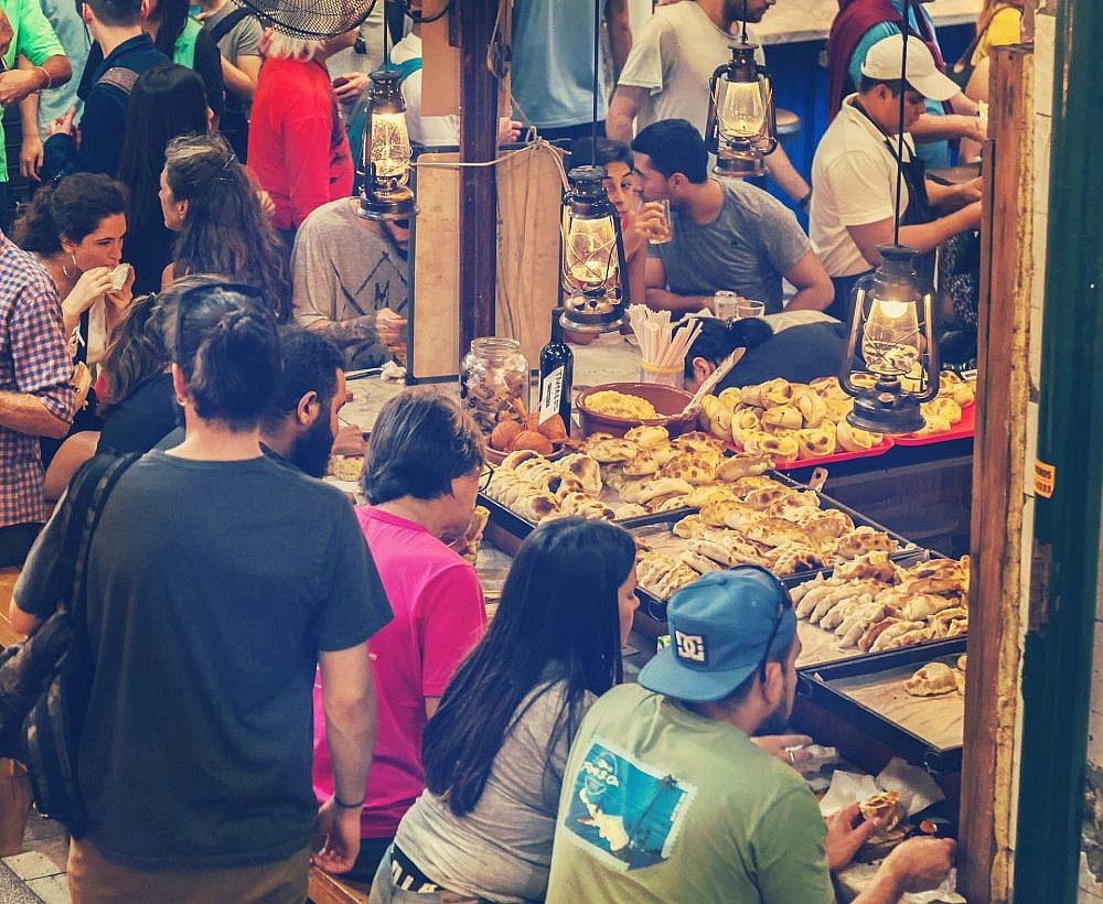 דוכן אמפנדאס כהלכתו בשוק סן טלמו. בואנוס איירס (צילום: שאטרסטוק)