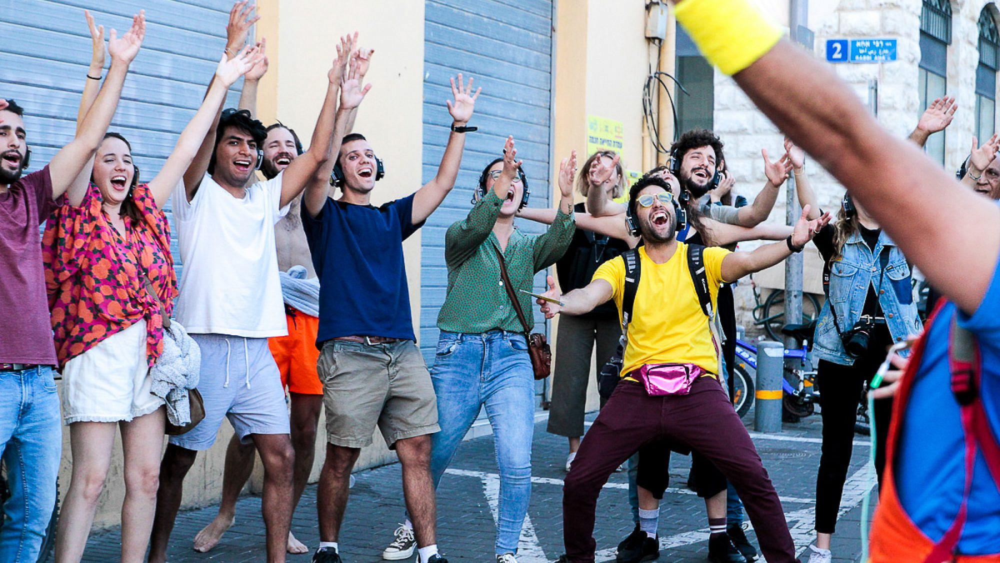 כפיר ליבנה עמרם (בצהוב) עם קהל יפואי נלהב (צילום: חן אוחיון)