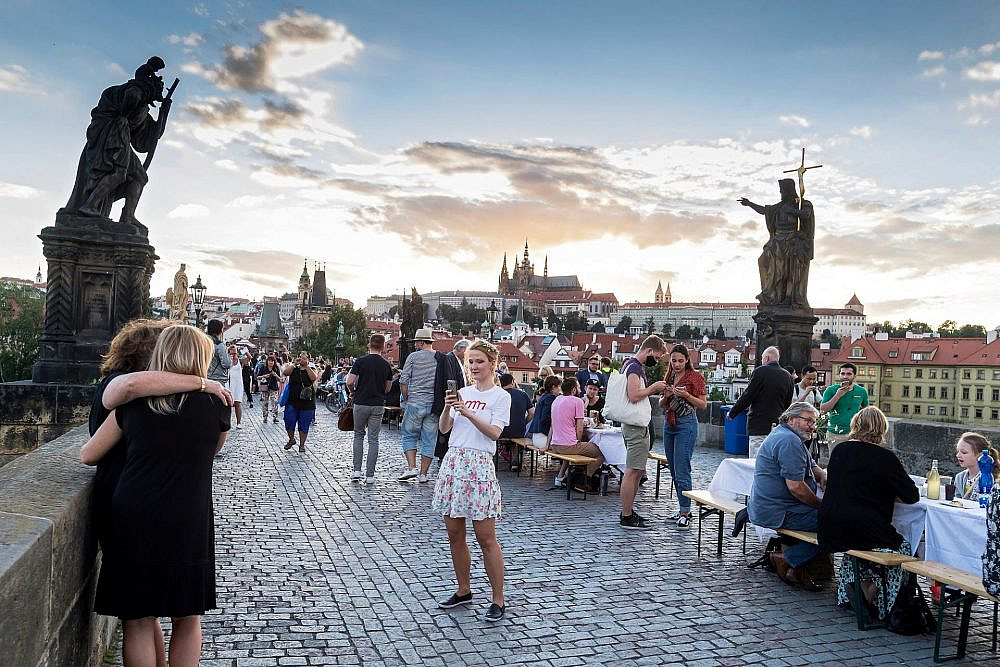 ארוחה קהילתית לסיום הסגר על הגשר הכי מפורסם בעיר. פראג (צילום: שאטרסטוק)