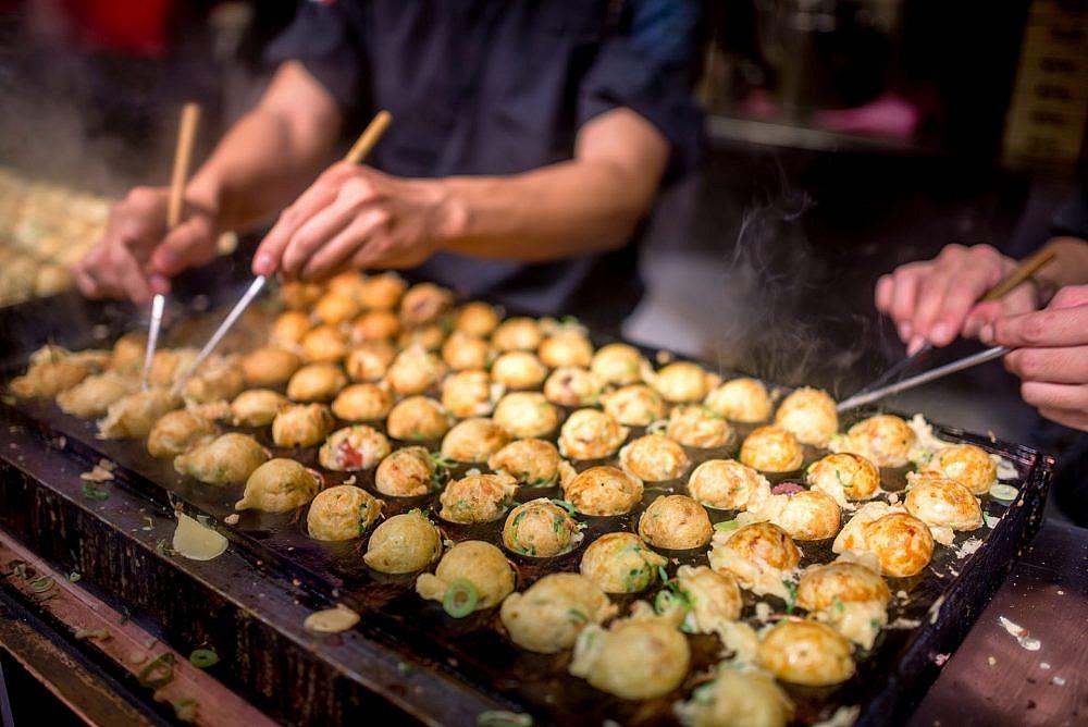 קטן, זול וטעיםםםםם. דוכן כדורי טאקויאקי בטוקיו (צילום: שאטרסטוק)