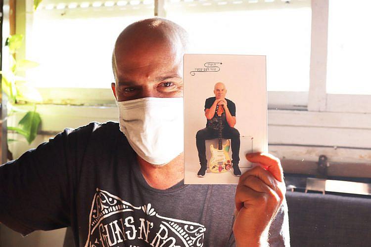 דן תורן עם ספרו החדש. צילום: אליסף קובנר
