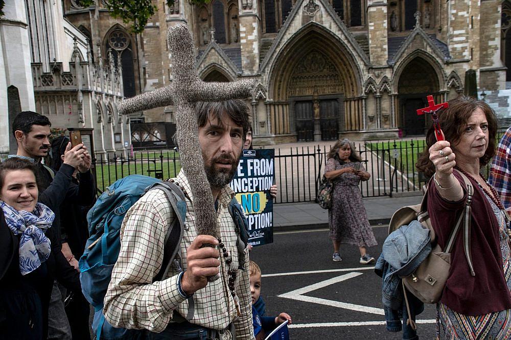 מפגיני ימין קיצוני ונוצרים פונדמנטליסטים נגד חופש ההפלות, החודש בלונדון (צילום: שאטרסטוק)