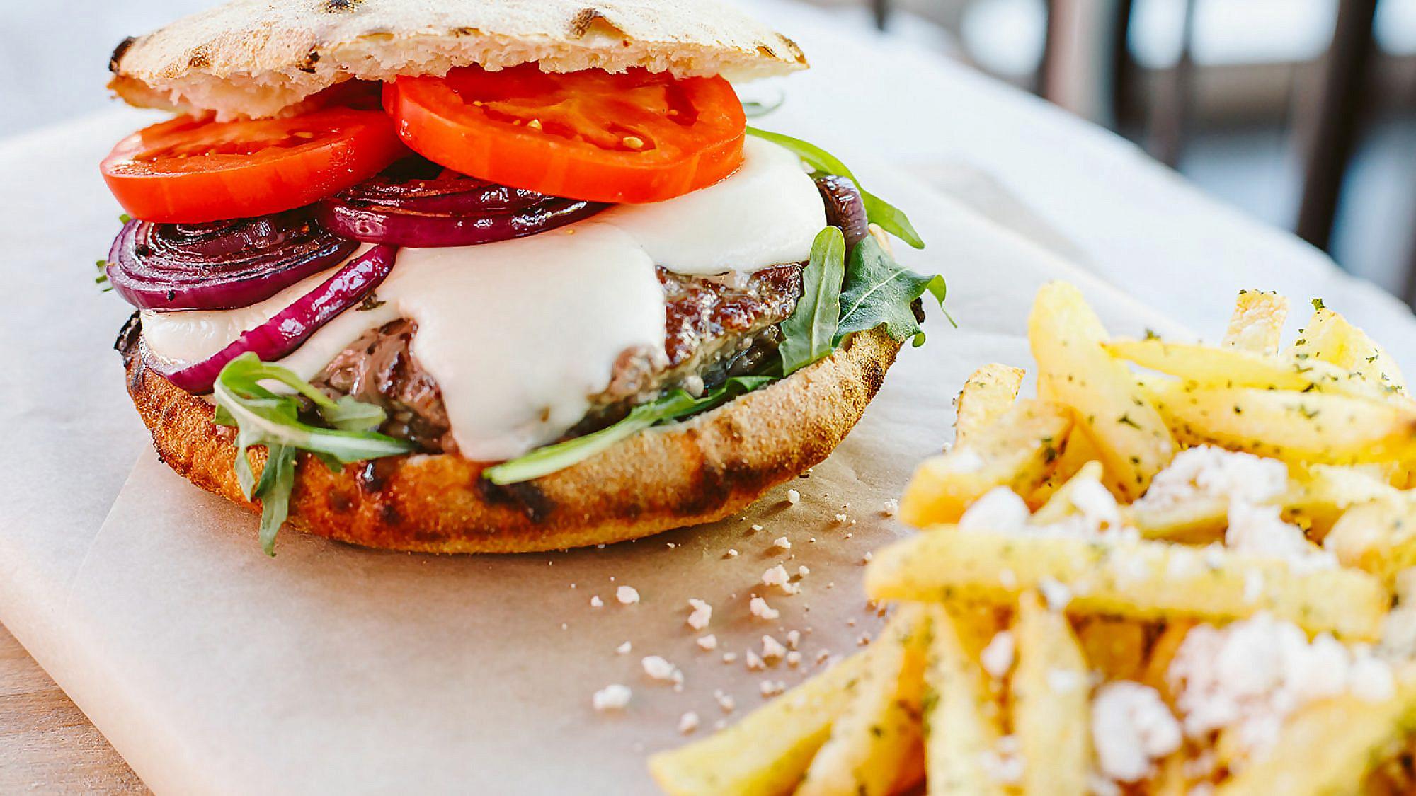 """הטוויסט האיטלקי של הבורגר. פיצה פורטו. צילום: יח""""צ"""