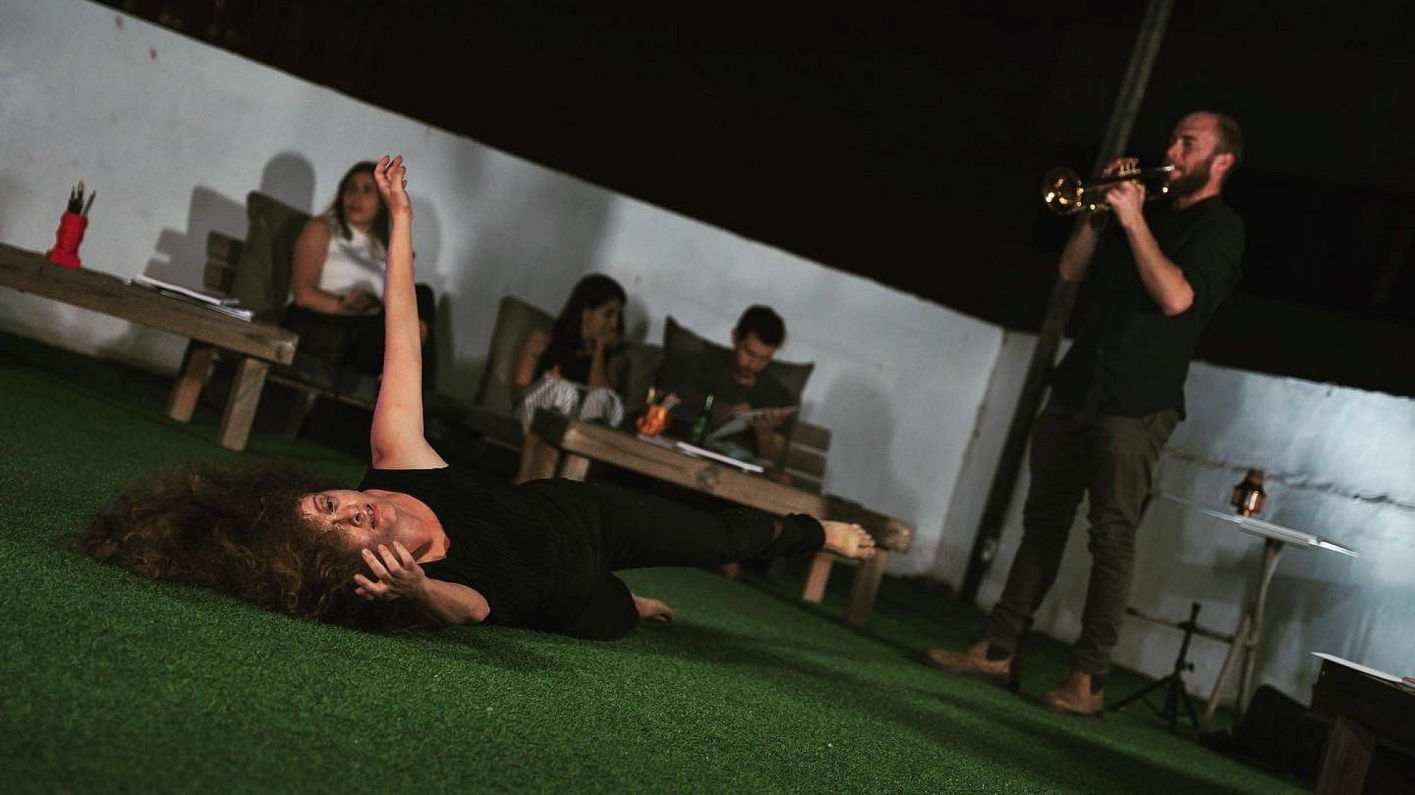 זיו קרטינגר מנגן על חצוצרה ומיכל גיל רוקדת. צילום: יונתן ישראלסתם