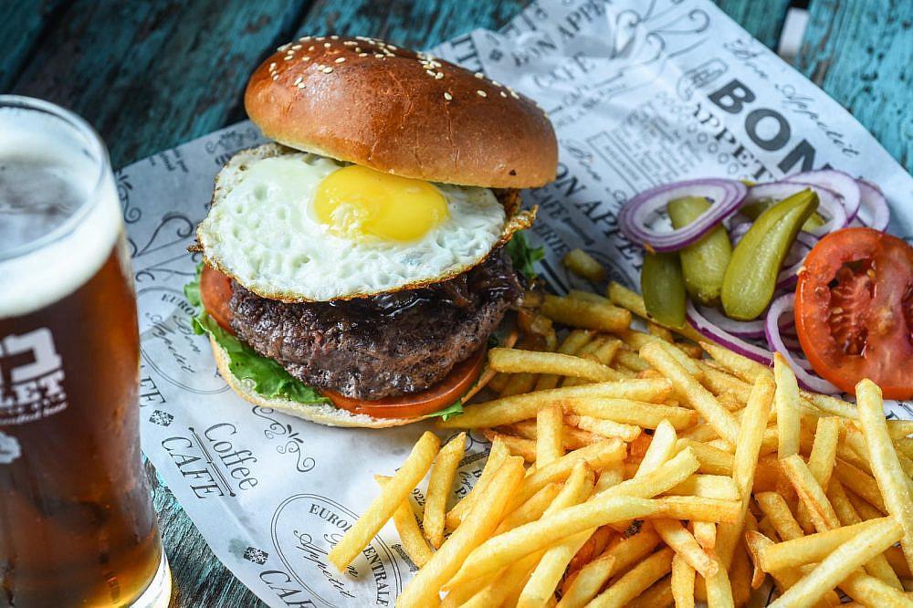 """רמת הגולן רוצה את הבורגר שלה. קיי בר (צילום: יח""""צ)"""