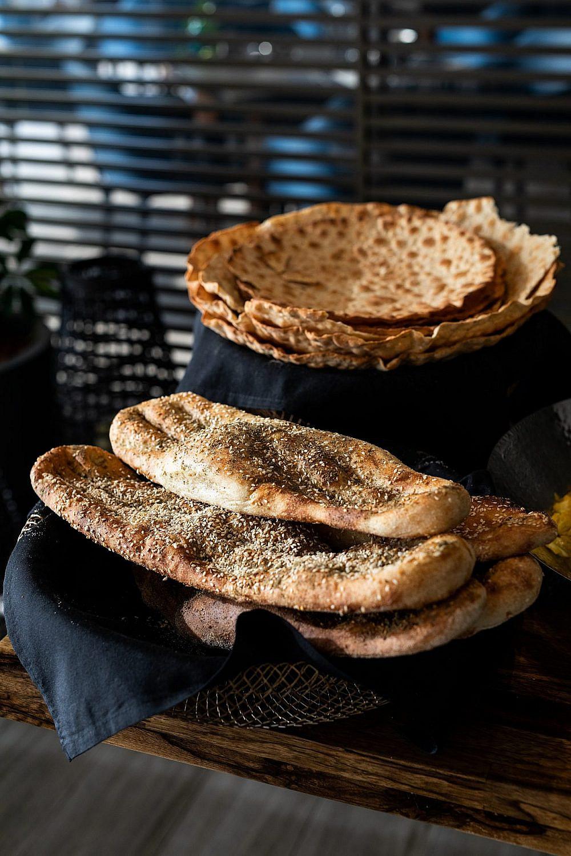 כאן הארוחה היא באמת מסע. לחם ברברי של דריה (צילום: אוהד קב)