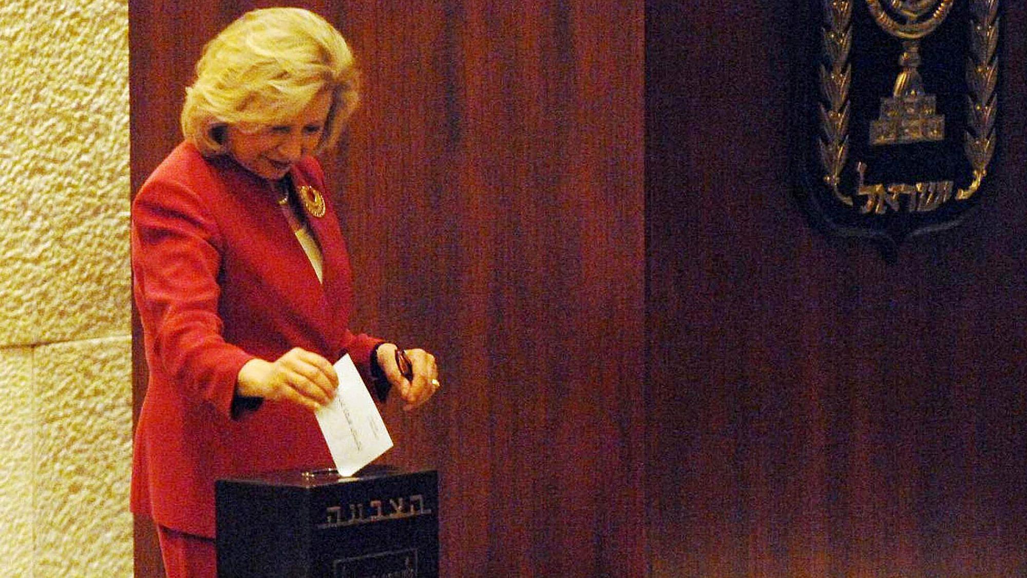 קולט אביטל מצביעה לנשיאות המדינה ב-2007. צילום: Photo by GPO via Getty Images
