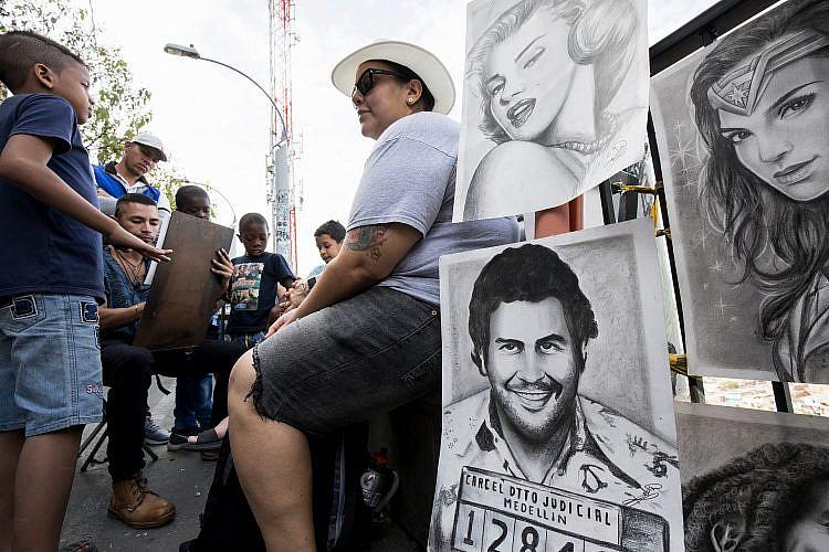 פורטרט של ברון הסמים פבלו אסקובר מוצע למכירה בעירו מדיין בקולומביה, בשנה שעברה. צילום: shutterstock